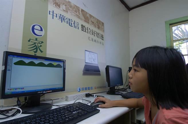 中華電信基金會「數位好厝邊」據點,為社區量身打造數位課程。圖/中華電信基金會提供